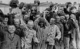 Supervivents del camp de Dachau, saludant les tropes nord-americanes, el dia de l'alliberament del camp, el 29 d'abril de 1945