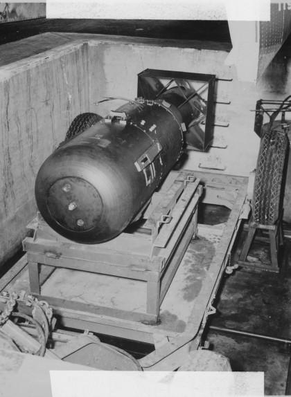 La bomba 'Little Boy' a punt de ser carregada a l''Enola Gay'
