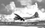 L''Enola Gay' aterrant a l'illa de Tinian després de llançar la bomba sobre Hiroshima